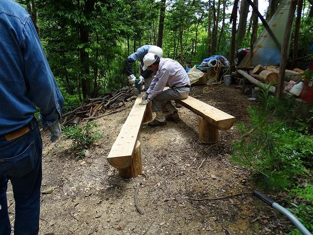 間伐材を使ったベンチ作り。