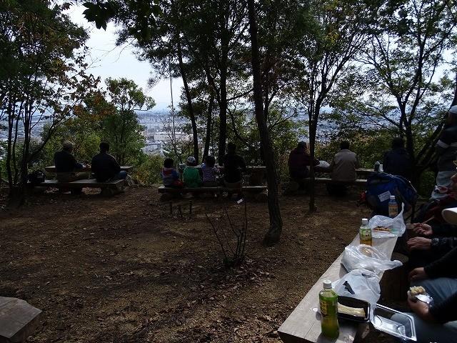 昼食風景、子供さんが参加するとにぎやか、医王岩付近を歩いていた人にも子供の声が良く聞こえたとか