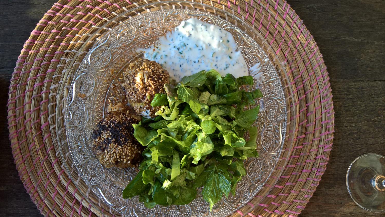Leckere Böller mit Quarksauce und Salat