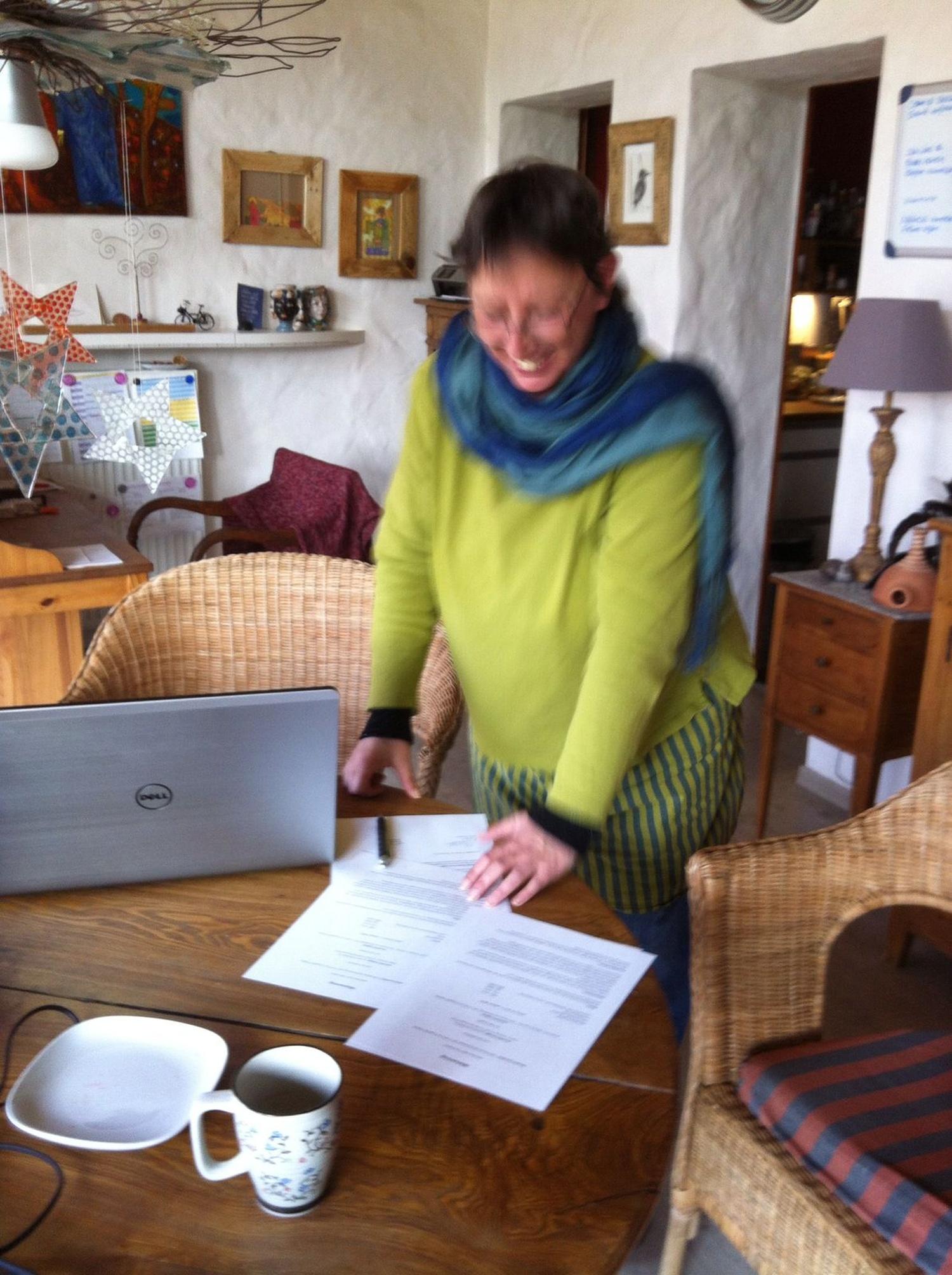 Wir - Annette und ich - unterschreiben einen Vertrag für die Lebensgemeinschaft