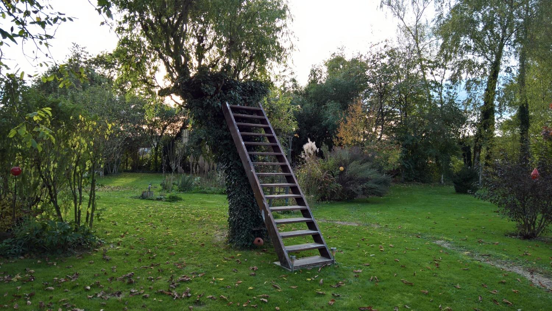 Die Eichentreppe steht nun endlich am Baumhaus