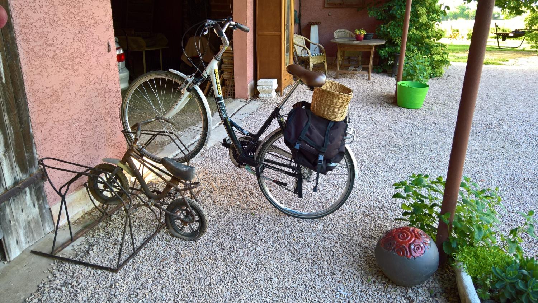Endlich gibt's einen Fahrradständer - für gross und klein