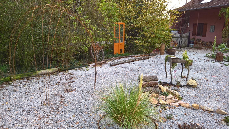Ein kleiner Pavillon aus Armierungseisen (links im Bild) verschönert den Steingarten