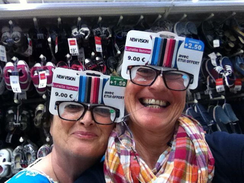 Annette und Sylvia ziemlich schräg drauf beim gemeinsamen Einkauf