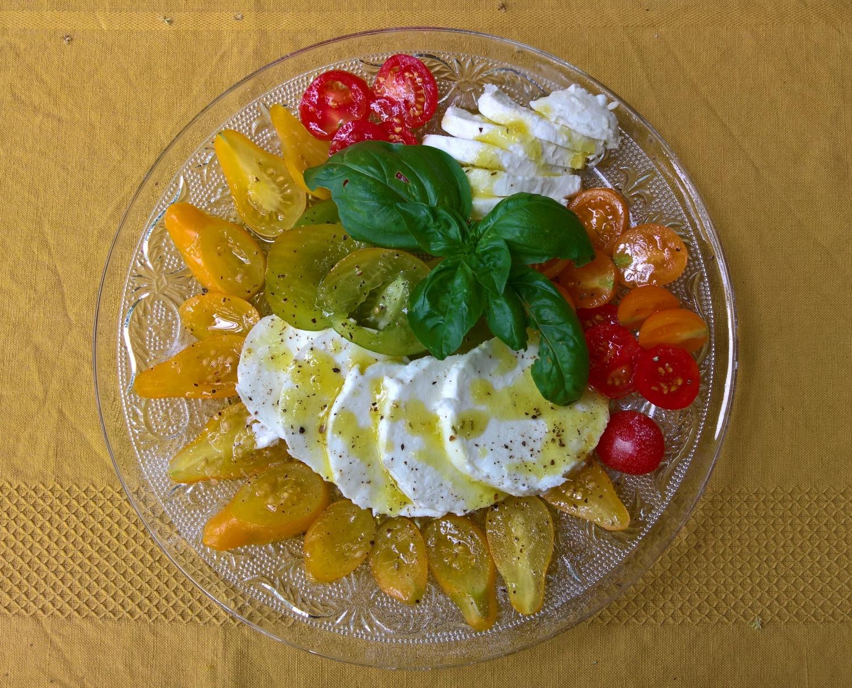 Leckerer bunter Tomatensalat mit Mozzarella die Buffola