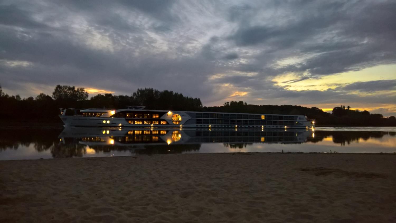 Ein Hotelschiff fährt vorbei