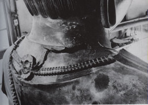 左、薬師寺。上上段、月光菩薩像。上、月光菩薩の修正前の首の部分
