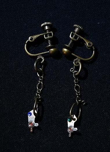 腕時計の進み具合を調整する小さな部品を用いたイヤリングです