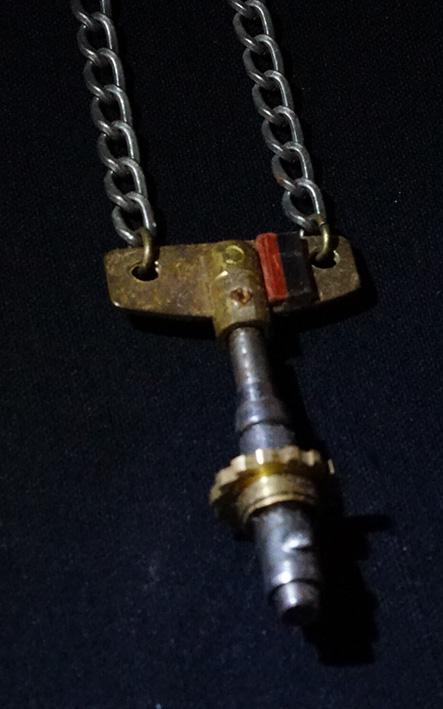 撥条と柱時計の歯車軸部を用いたネックレスです