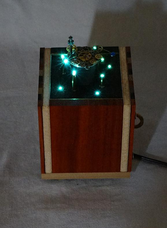 時計の部品で作られた小さな街の灯り