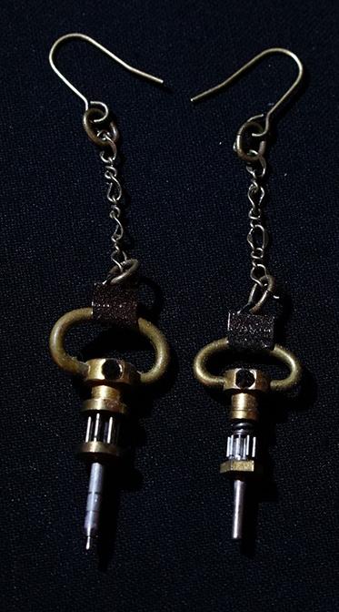 トラベルウオッチの撥条と歯車軸部を用いたイヤリングです