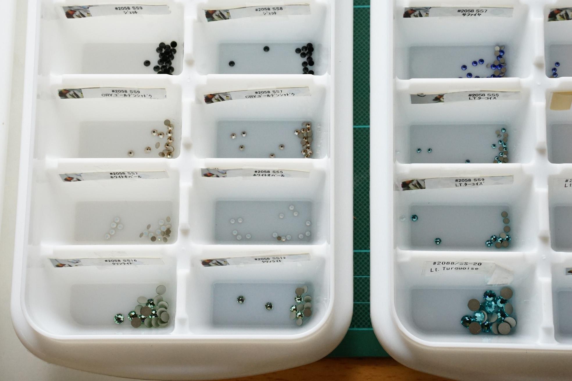 スワロフスキーは色、大きさ別に保管 製氷皿が便利です