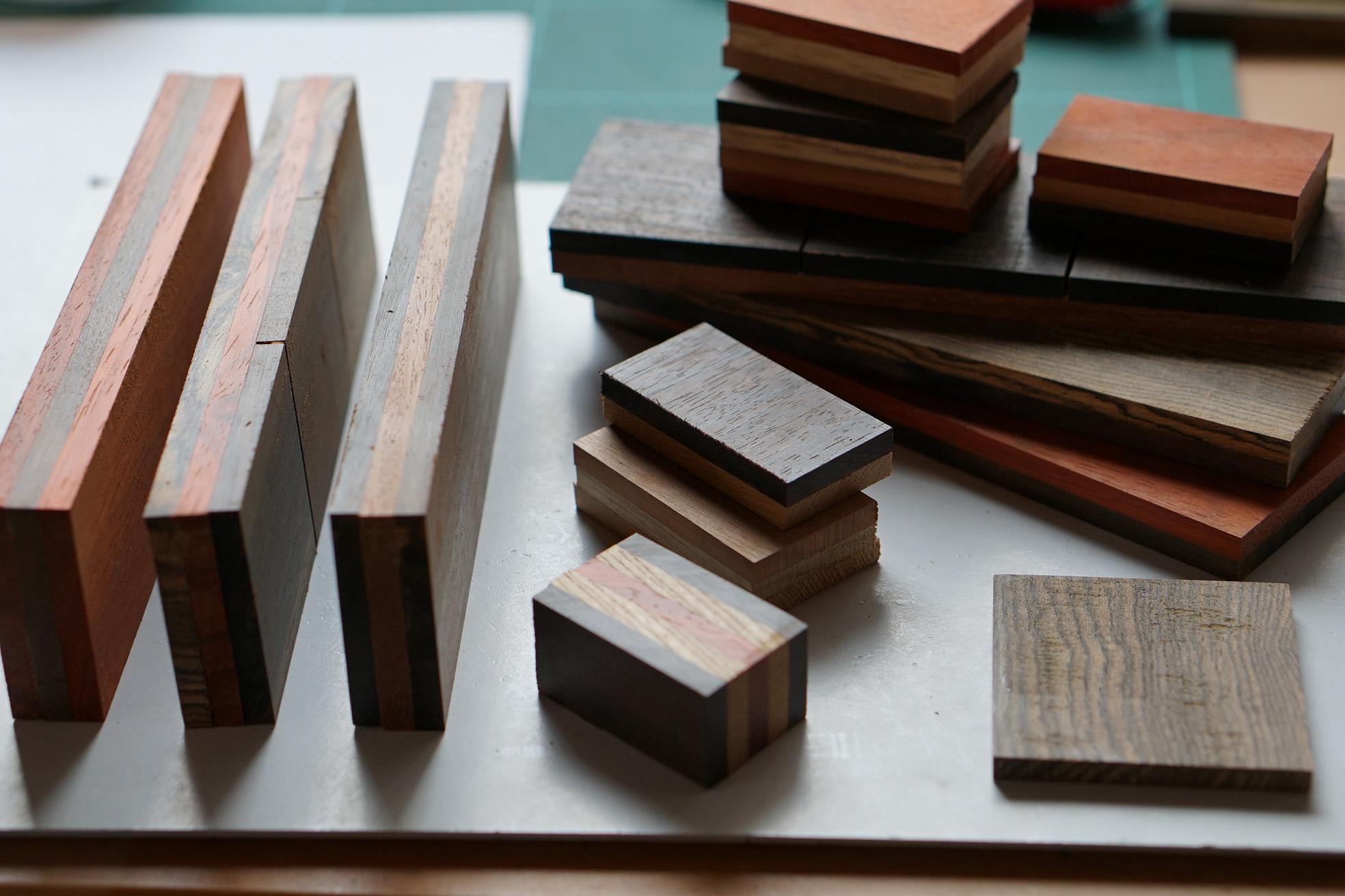 ベースの表は異なる材質の木を張り合わせて作ります