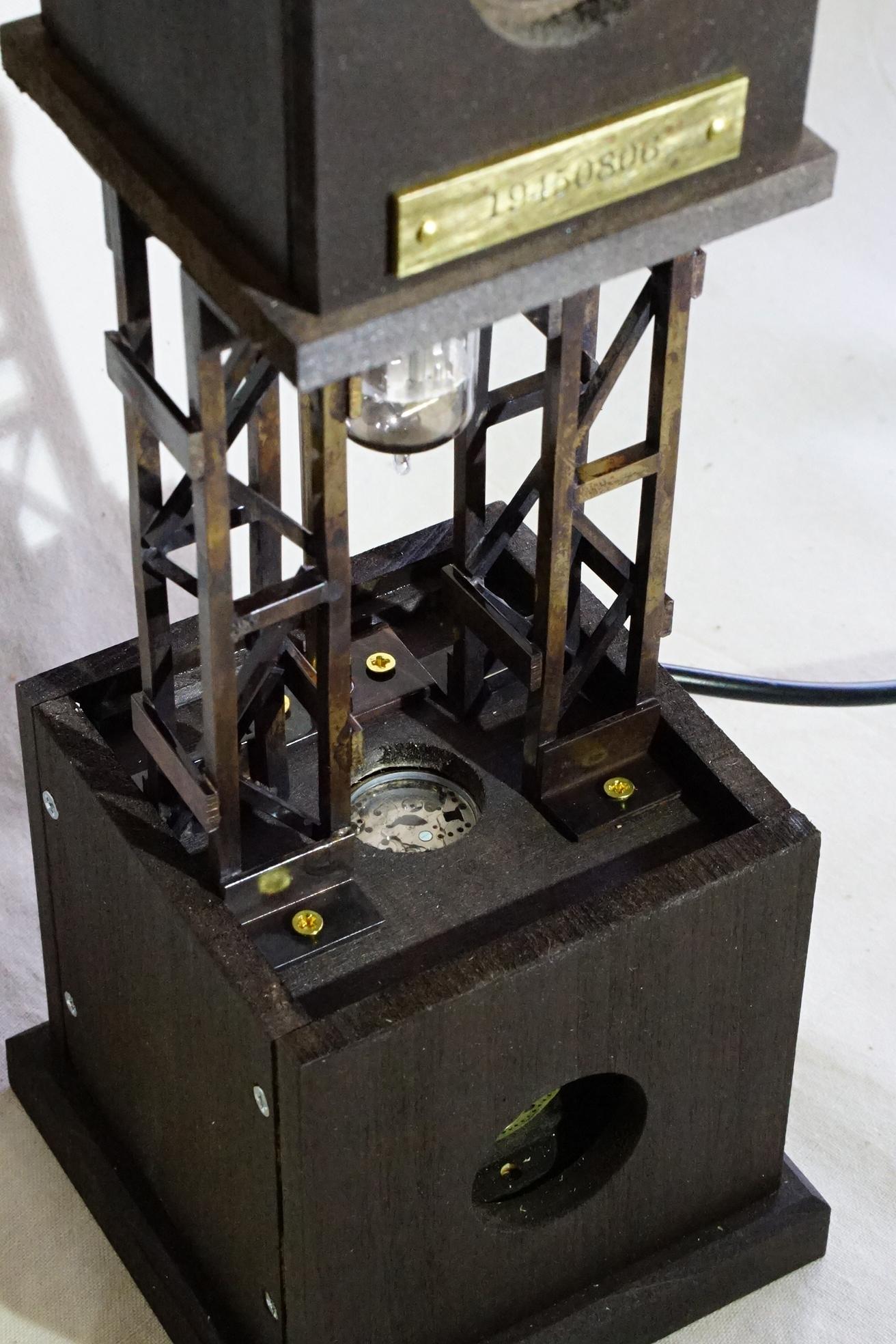 時計のいろいろな部品を使用しています