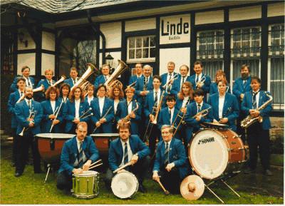Abb. 6: Musikverein Linde e.V. 1994 vor dem Bahnhof in Bruch