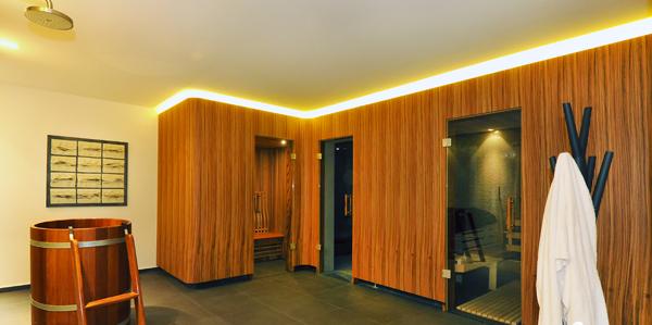 Sauna Verkleidung in Zebrano mit Ganzglastüren