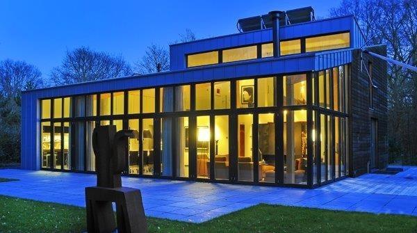 Glasfassade mit Holzfenster