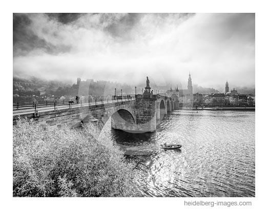 Archiv-Nr. h2016143 | Kleiner Fischerkahn vor der Alten Brücke