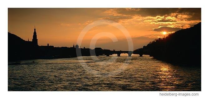 Archiv-Nr. hc2005120 / Silhouette von Heidelberg im Sonnenuntergang