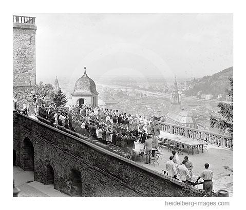 Archiv-Nr. 2047H / Heidelberg, Studentenfeier auf dem Schlossaltan 1930