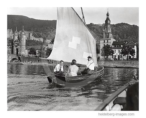 Archiv-Nr. 3021H_1927 / Studenten mit Segelboot vor der Alten Brücke