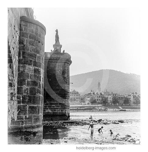 Archiv-Nr. h4539-12 / Kinder suchen kleine schätzen am abgelassener Neckar an der Alten Brücke