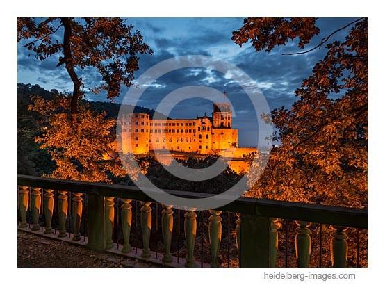 Archiv-Nr. hc2013152 / Blick durch Herbstblätter auf das Schloss
