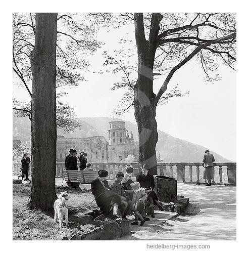 Archiv-Nr. 10_9H / Scheffelterasse mit Besuchern / Nachkriegszeit