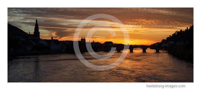 Archiv-Nr. hc2013170 / Neckar u. Silhouette der Heidelberger Altstadt/Alten Brücke im Sonnenuntergang