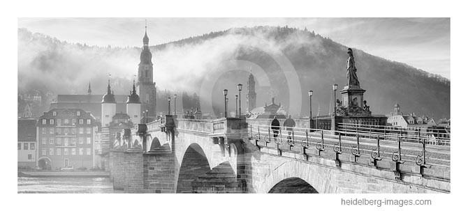 Archiv-Nr. h2014101 | Spaziergänger auf der Alten Brücke im Nebel