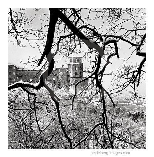 Archiv-Nr. 4575H / Heidelberg, Blick durch Baumäste auf verschneites Schloss