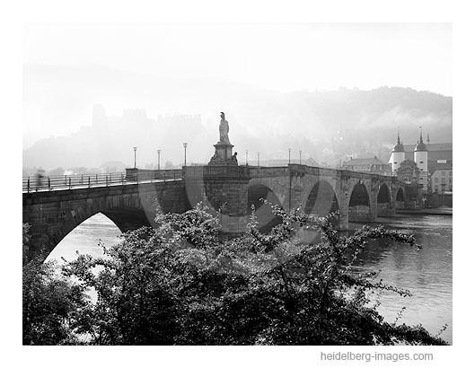 Archiv-Nr. 94125h | Alte Brücke und Schloss im Morgennebel