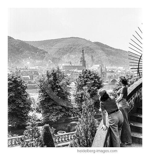 Archiv-Nr. h9-10 / Besucherinnen blicken über den Neckar auf die Altstadt
