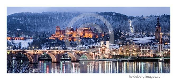 Archiv-Nr. hc2012181 / verschneite Altstadt spiegelt sich im Neckar