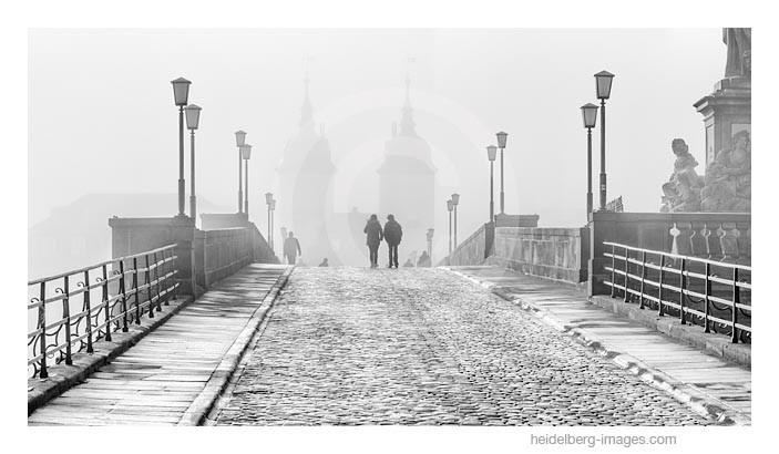Archiv-Nr. h2015174 | Spaziergänger auf der Alten Brücke