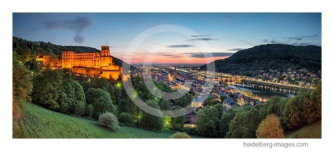 Archiv-Nr. hc2014138 / Heidelberg, Blick von der Scheffelterrasse auf Schloss u. Altstadt in der Abenddämmerung
