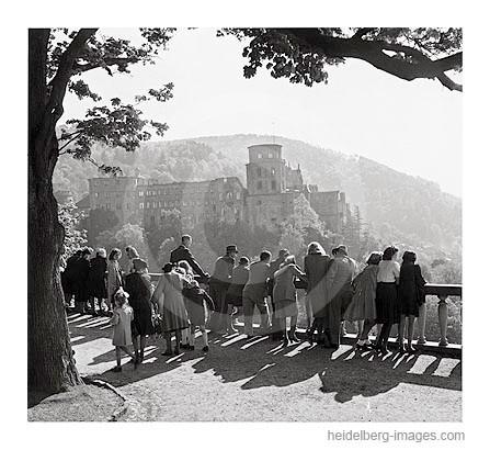 Archiv-Nr.11-5H / Heidelberg, Sonntagsausflügler auf der Scheffelterrasse / Nachkriegszeit