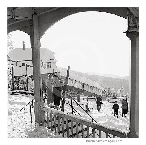 Archiv-Nr. 13_6H / Skifahrer an der Bergbahnstation