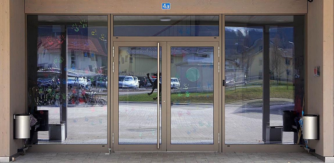 Kindergarten in Giswil - Eingangsfront aus Aluminium