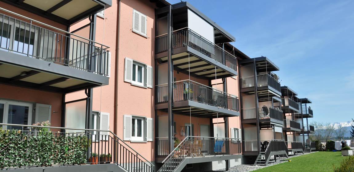 Privatobjekt in Emmen - Balkonanbau mit Windschutzwänden