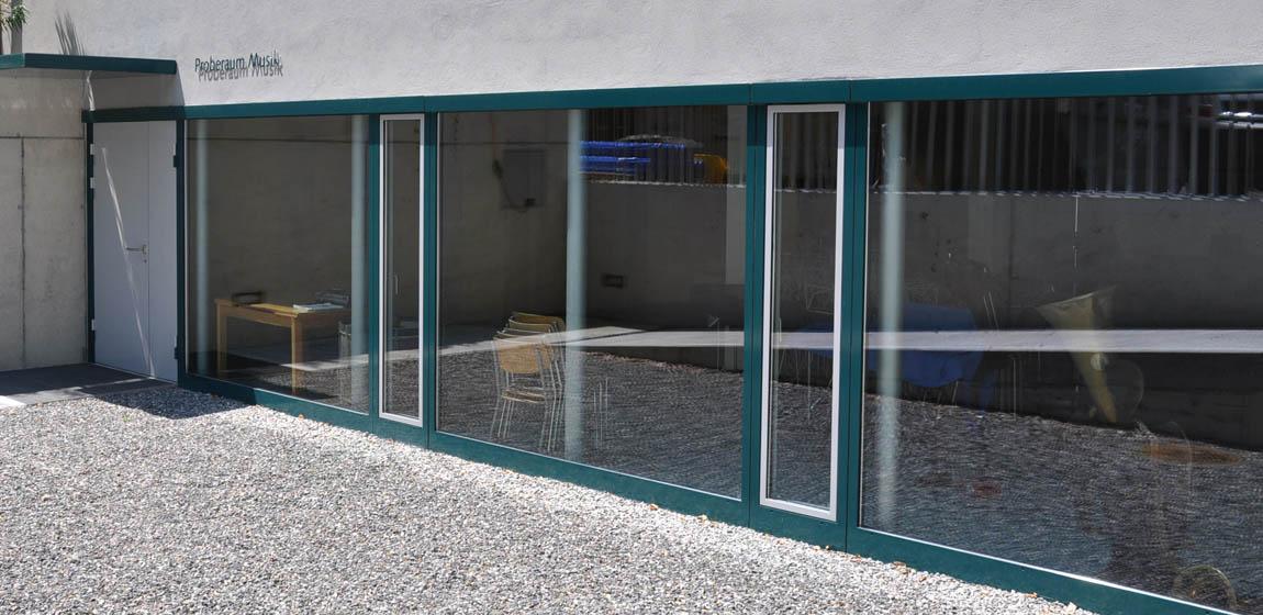 Singsaal Alpnach - Fensterfront mit Aussentüre