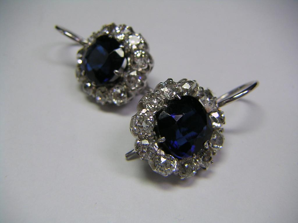 Ohrclips mit Diamanten und blauen Glassteinen zur Imitation von Saphir