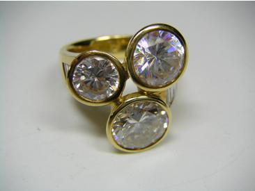 Ring mit einem Diamant und zwei Imitationen (synthetisches Strontiumtitanat)