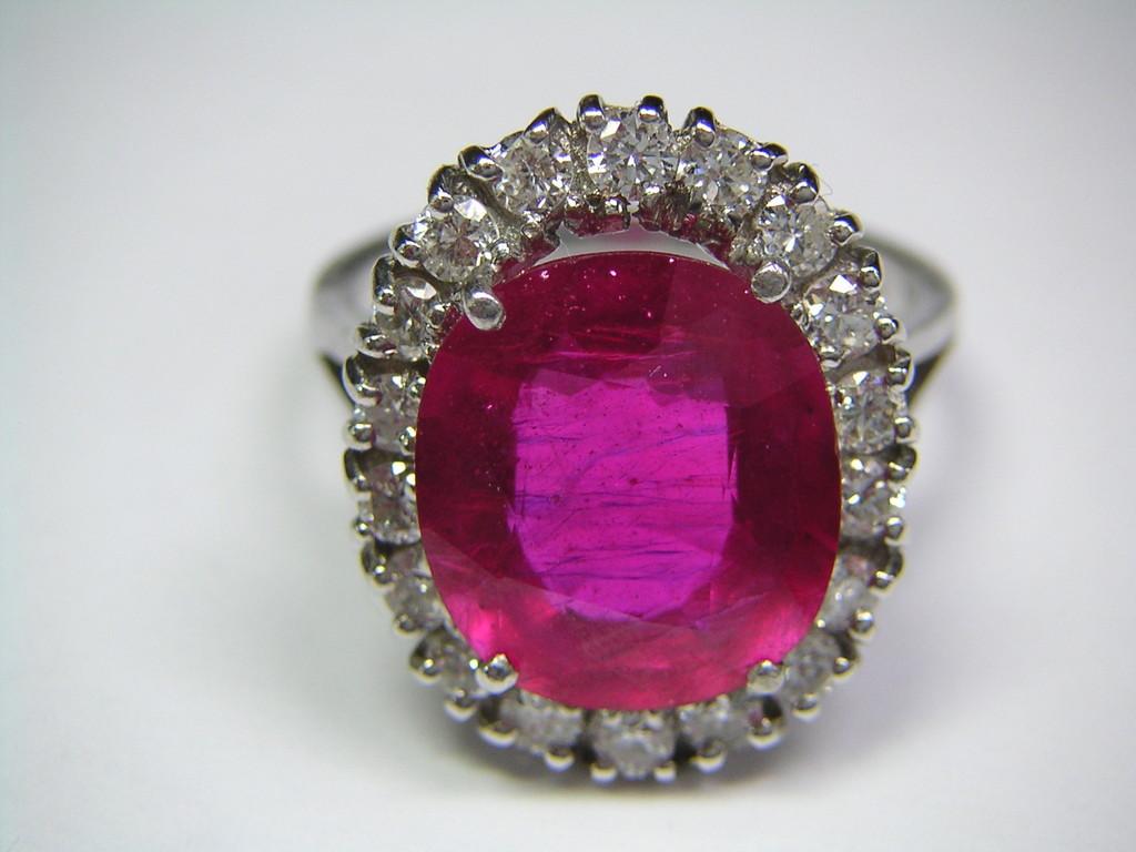 Ring mit Diamanten und bleiglasgefülltem Rubin