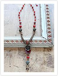 ガーネットカラーのネックレス