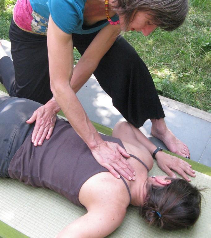 Shiatsu sur le dos. Etirement du dos par les bras en croix et étirement de l'épine dorsale.