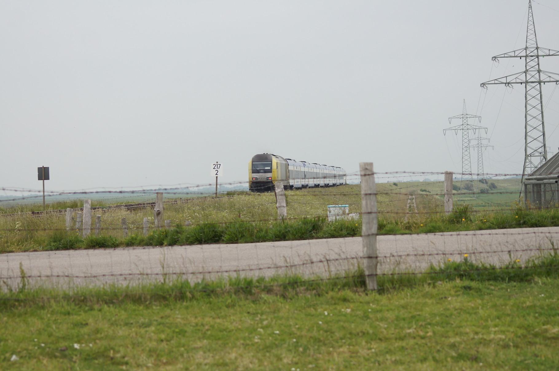 """Ein Zug der NOB mit einer Siemens - E20 """"EuroRunner"""" nähert sich."""