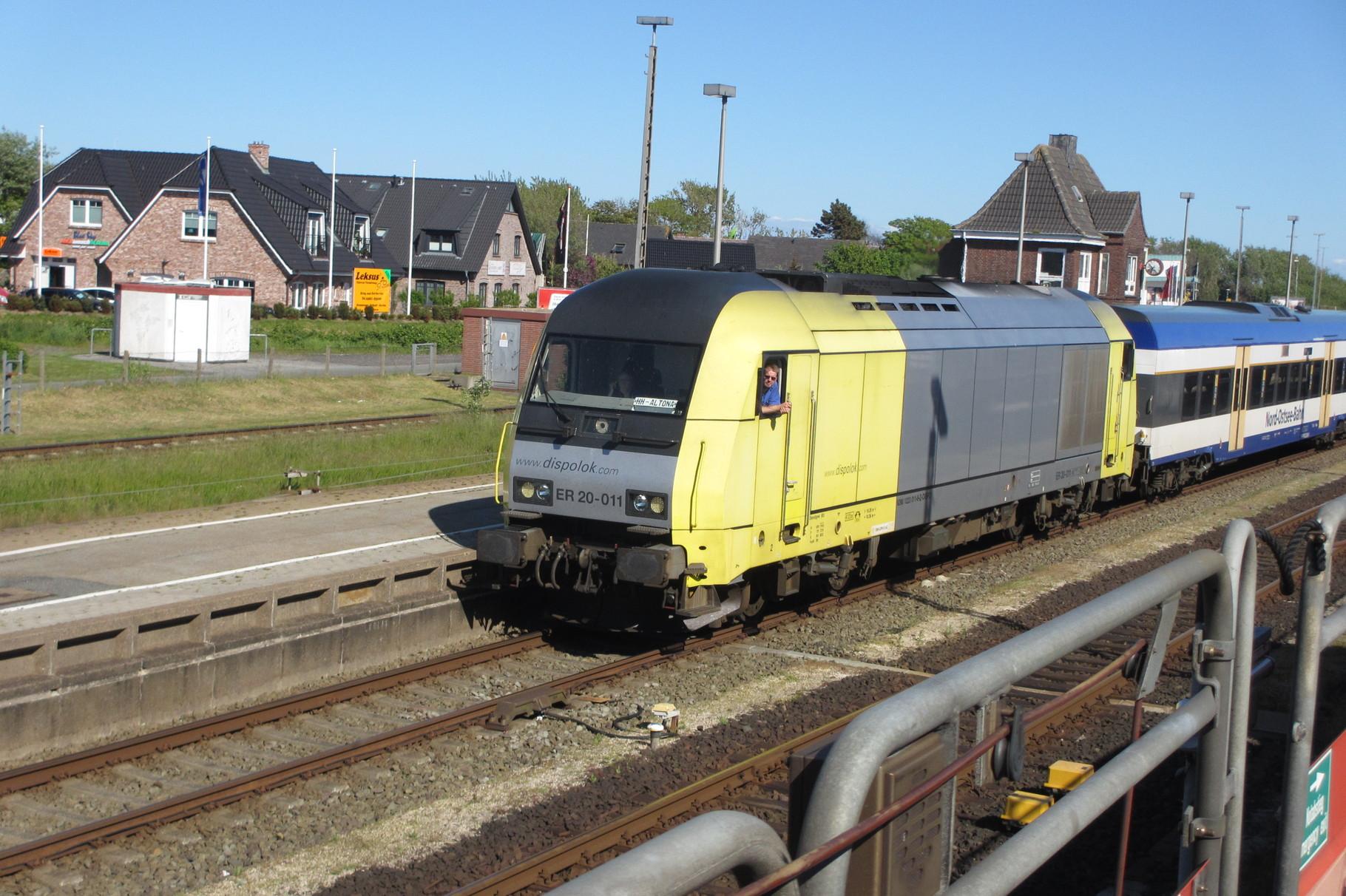 Die E-20 fährt in den Bahnhof Westerland ein