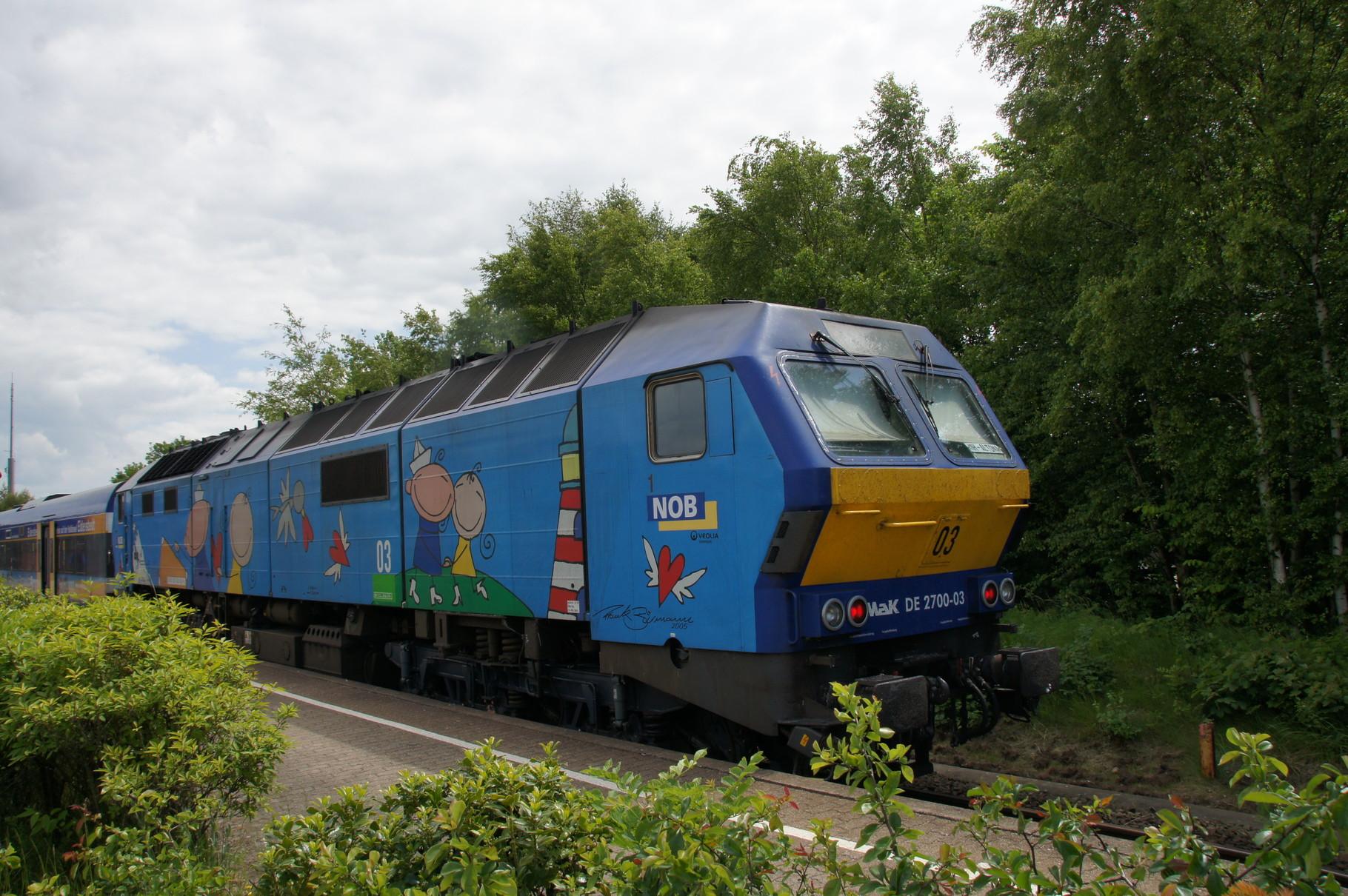 Siemens MaK DE 2700 der NOB als Schiebelok im Bahnhof von Husum.
