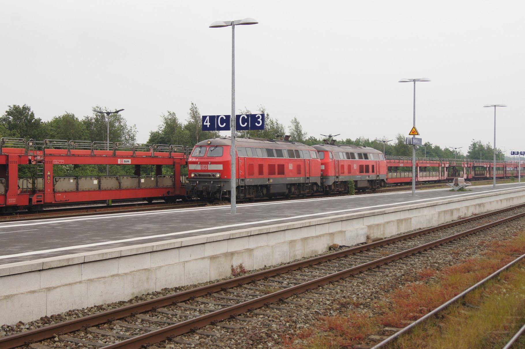 Die beiden V218 für den Sylt-Shuttle werden im Bahnhof umgesetzt.